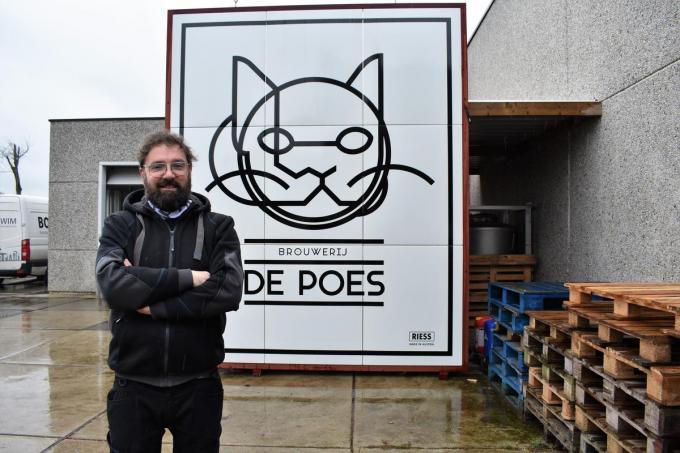 Het reusachtige emailbord achter Stijn David hangt sinds dinsdagmiddag aan de brouwerijgevel ter hoogte van de Wakkensesteenweg.© foto TVW