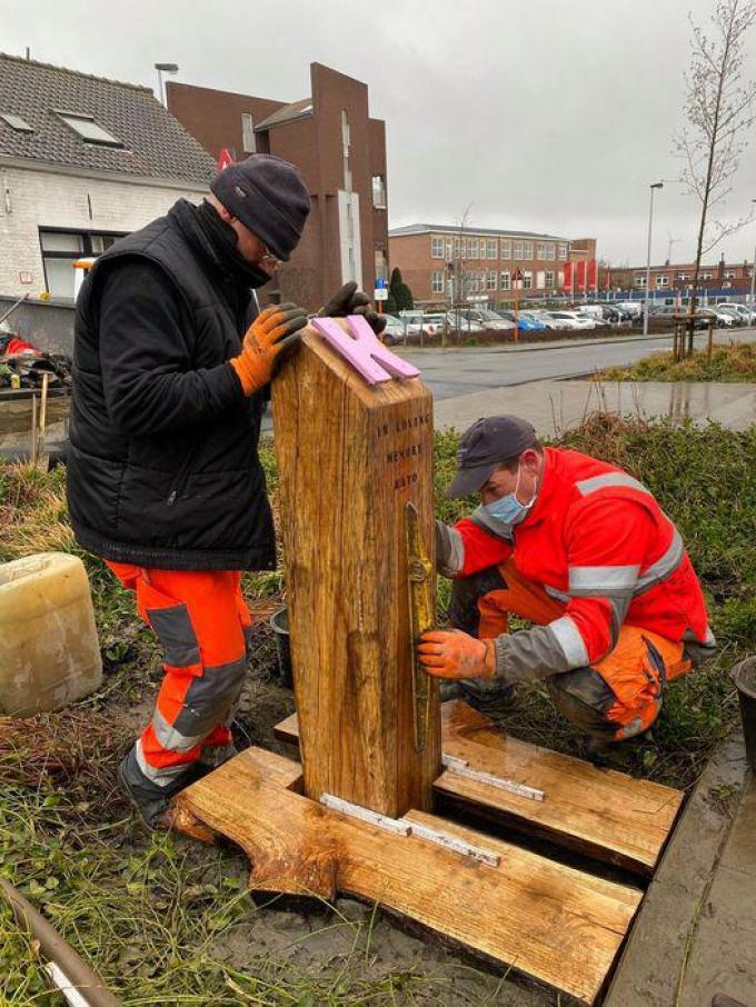 Medewerkers van de gemeente Zwevegem plaatsten woensdagmiddag het gedenkteken ter ere van Kato Vandenbogaerde.© gf