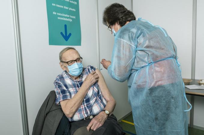 Silveer Vanderperre kreeg zijn eerste 'spuit van de verlossing' op zijn 90ste verjaardag.© Stefaan Beel