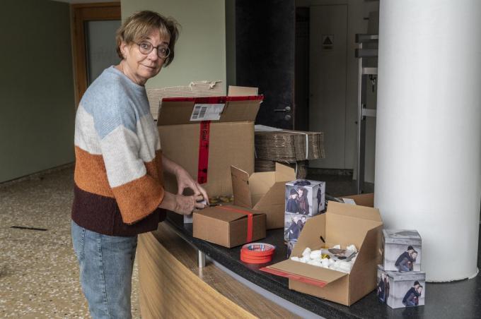 Spilmedewerkers zijn als postbodes aan de slag om cultuurpakketten samen te stellen, hier zien we Els Coppens.© Stefaan Beel