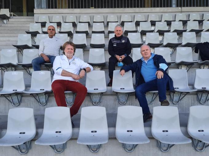 Op de tribune van de Skyline Arena herken je vooraan Stefaan Vandorpe en voorzitter Paul Seynaeve, daarachter Carlos Werbrouck en René Berton.