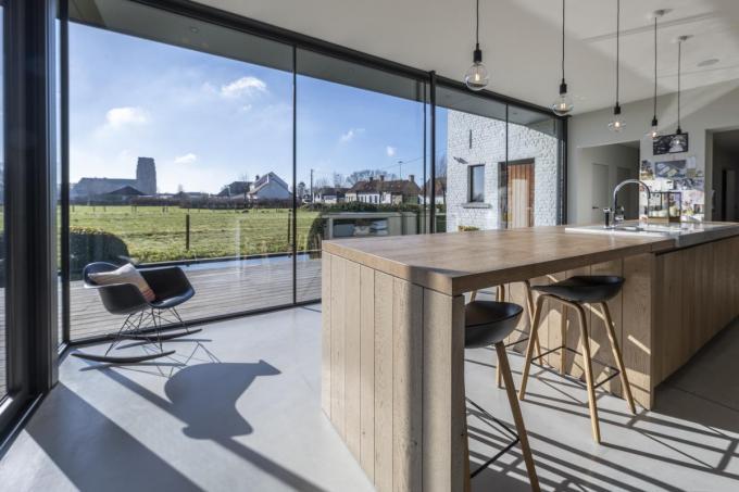Aan het keukeneiland vinden bewoners en gasten een zitje met subliem uitzicht op Lissewege.©Pieter Clicteur
