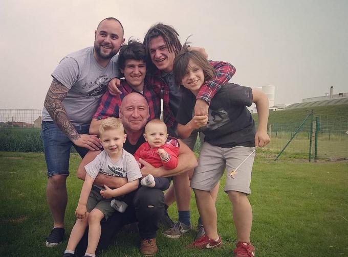 Wouter Droesbeke met zijn zonen Andres, Jan, Adrian, Nicolas en kleinzonen Dante en Luca.© GF
