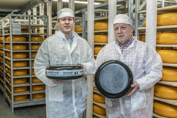 Johan en Louis-Philippe Deweer van kaasboerderij 't Groendal met de kaas die mee is in de ruimte.©STEFAAN BEEL Stefaan Beel