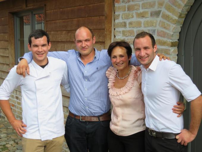 Annick Van Dame omringd door haar drie zonen : Arno, Angelo en Laurenz. (foto gf)