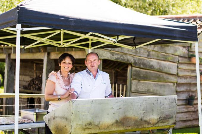 Annick met haar man Marc Bonne tijdens een van de vele barbecues voor Damse, Brugse en Knokse verenigingen. (foto gf)