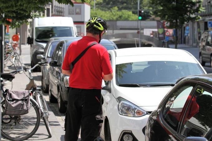 De zes parkeerwachters werden ontslagen nadat ze een lijst met nummerplaten als 'reglementair geparkeerd' aanduiden, terwijl ze niet echt aan het controleren waren.© JVGK
