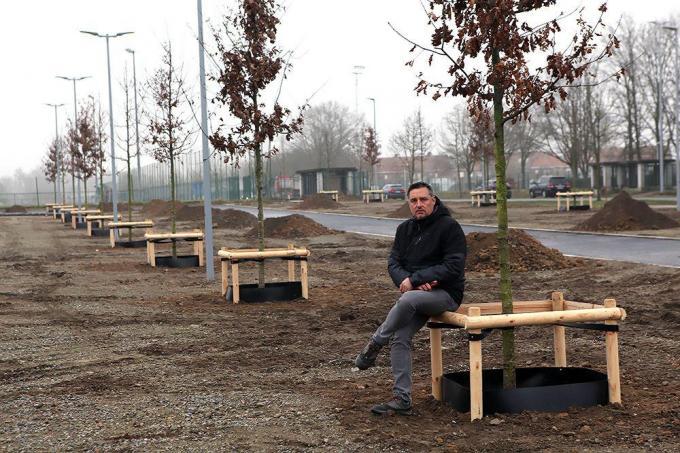 Schepen Jan Rosseel op de nieuwe parking aan het sportstadion.©FODI