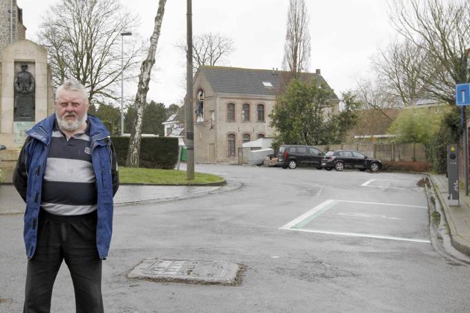 Dirk Lamaire, zaakvoerder van dorpscafé Den Hert, die mogelijkheden ziet voor de vrije zone tussen de kerk en het KSA heem.©GINO COGHE Foto Coghe
