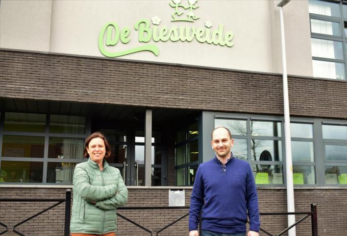 Tevreden gezichten bij Xavier Vansteenkiste (directeur) en Katrien Demyttenaere (preventie) met de behaalde provinciale erkenning.©zenon bekaert beselare ZB