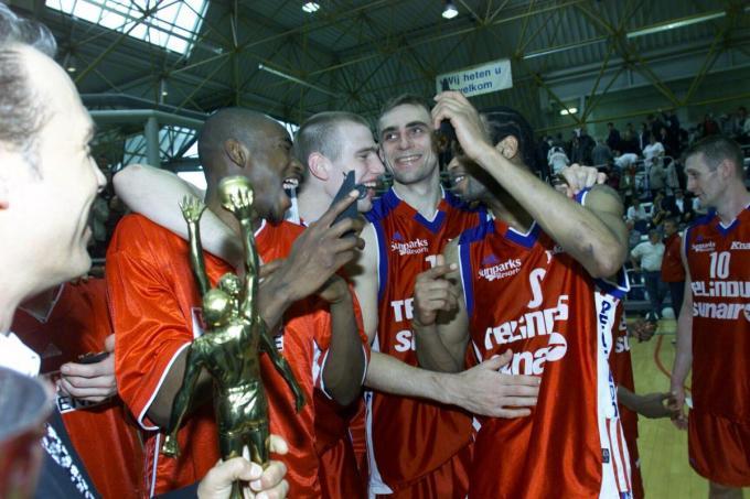 Coach Aaron McCarthy geniet hoe Bob Menama, Christophe Beghin, Virginijus Praskevicius en Ralph Biggs vieren bij de beker 2001. Rechts herkennen we Mike Doyle.© Bart