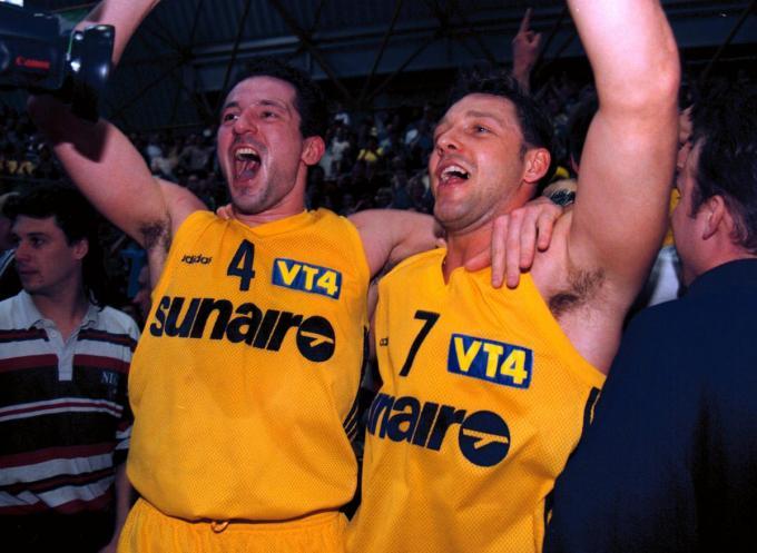 Jean-Marc Jaumin en Ronny Bayer juichen bij de bekerwinst in 1997 tegen Charleroi.© Bart