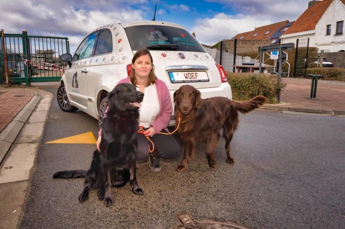 Sandy Meulens met honden Seaking en Cooper bij haar opvallende auto.©Luc Cassiman