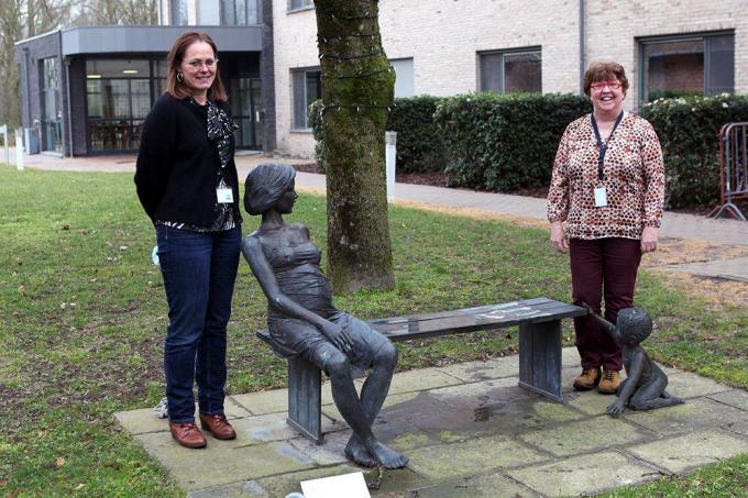 Evelyne Raes (links) volgt Hilde Decuyper op als pastor van wzc Maria Rustoord.© FODI