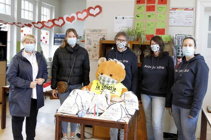 V.l.n.r. Schepen Christine Logghe, preventiewerker Jana Syoen, Ann Sap, Sigrid Depinois en Nele Denolf. (foto Coghe)©GINO COGHE Foto Coghe