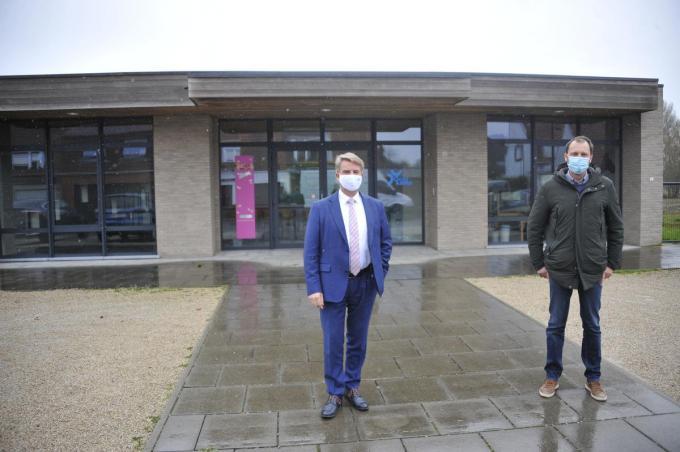 Burgemeester Jan de Keyser en schepen Sebastian Vande Ginste bij Oeverloos, dat dienst zal doen als kinderopvang. (foto GST)