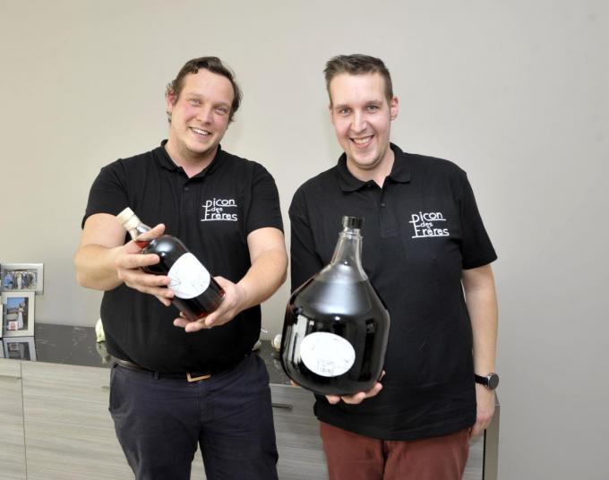 """Cedric (links) en Loïc Debackere begonnen met hun eigen 'Picon des frères': """"We wilden ons nieuw brouwsel delen met de wereld."""" (foto FODI)©FODI"""