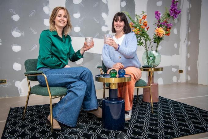 Nele Vroman (links) en Hanne-Lore Lernout in hun nieuwe zaak Living. (foto Frank)©Frank Meurisse Frank Meurisse