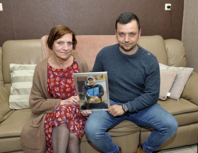 Carine en de jongste zoon Alessio met de foto van Franky erbij. (foto FODI)©FODI
