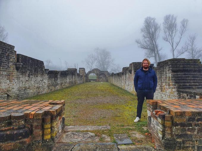 Communicatieman en medebedenker van evenementen Nick Herweyers aan de ruïnes van 'zijn' Duinenabdij. (foto MVO)©MYRIAM VAN DEN PUTTE