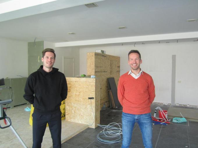 Ibe Van den Driessche (links) en Filip Cammu openen binnenkort Frietatelier Poekie in de Poekestraat.© RV