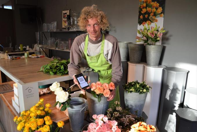 Lieven Declercq voerde vorige maand de eerste bitcointransactie uit in zijn bloemenzaak.© WK