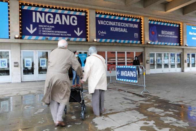 In de vaccinatiecentra, zoals hier in Oostende, worden nu vooral 65-plussers opgeroepen.©Peter MAENHOUDT