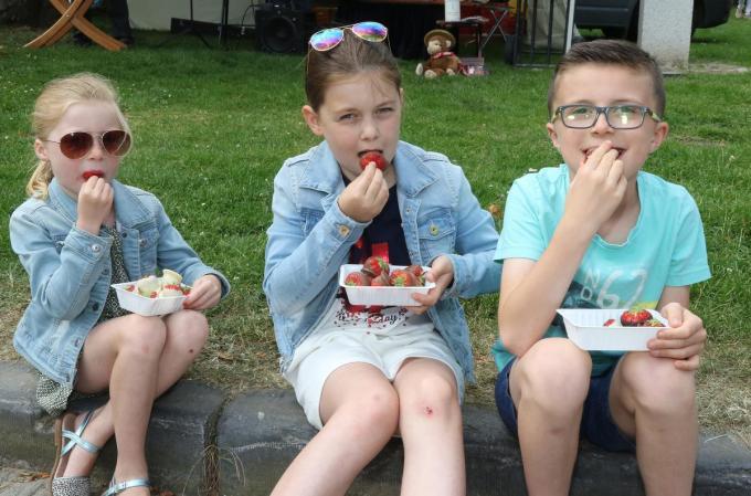 Amy-June,Anna-Noor en Quinn genieten van verse aardbeien met chocolade tijdens de meest recenten Zoetemarkt in 2019.©Eric Flamand EF