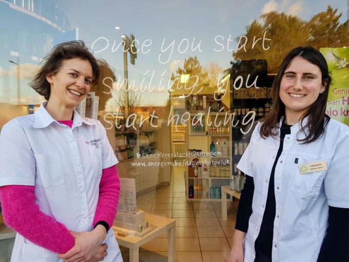 Heleen Mylle en Justine Moerman voor apotheek Mylle in de Stijn Streuvelsstraat in Ingooigem© GV
