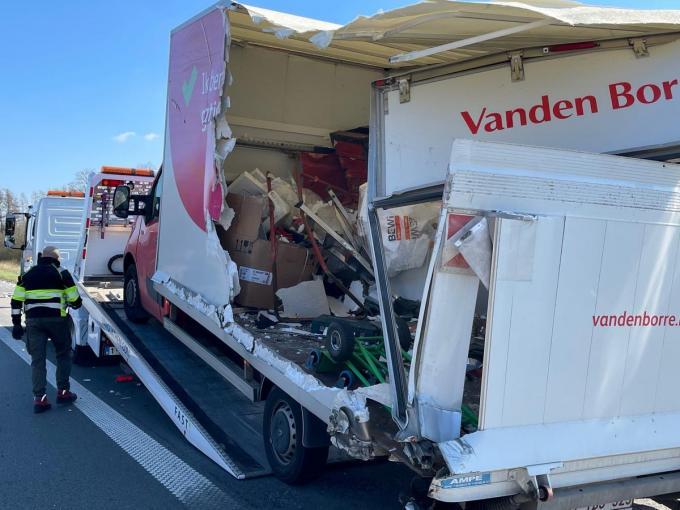 De zijkant van de laadruimte van de bestelwagen werd volledig open gereten.© foto JV