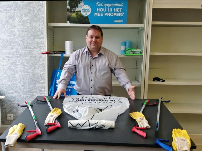 Schepen Patrick Roose (Sp.a) met enkele materialen die de 'Mooimakers' kunnen bekomen om te helpen aan de Lenteschoonmaak.© foto WO