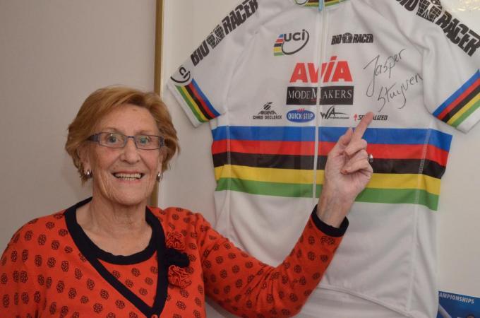 Oma Rosette Duvillier bij de wereldkampioenentrui van Jasper Stuyven die hij behaalde bij de junioren.© a-BRU