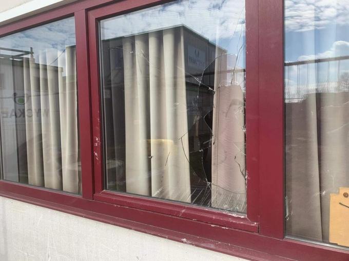 Er werd een raam ingeslagen.© foto KV