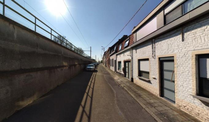 De straat is nu erg smal en grijs.© Stad Kortrijk