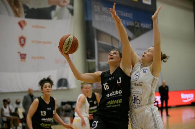 Sien Devliegher (Kortrijk Spurs) en Ine Joris (Phantoms)© VDB