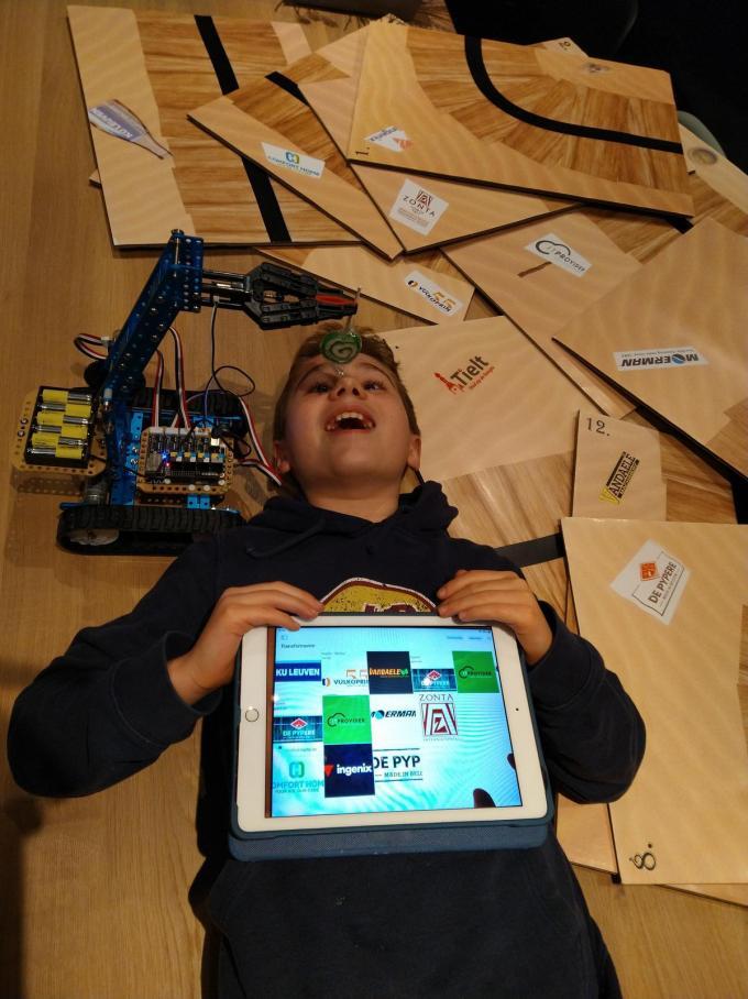 Lowie Deman poseert trots met zijn robot. (foto TV)