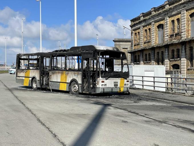 Een uitgebrande lijnbus vormt een deel van het decor.© JRO