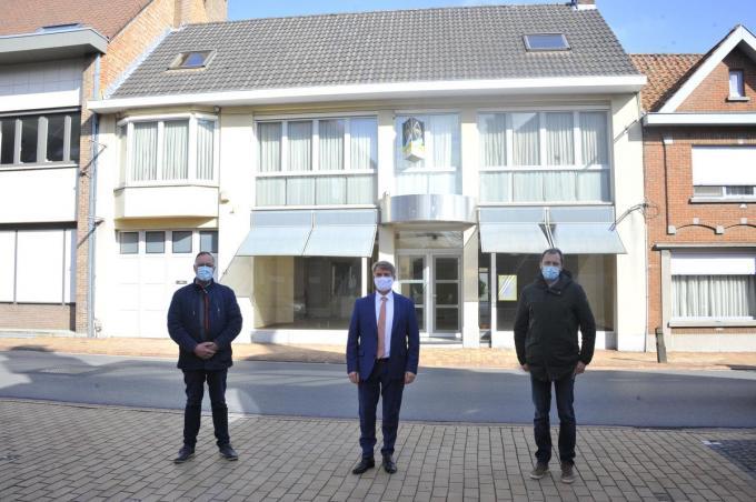 Schepen van Patrimonium Geert Pyfferoen, burgemeester Jan de Keyser en schepen sociale zaken Sebastian Vande Ginste.© GST