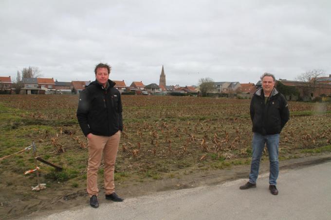 Schepenen Dominique Cool (r) en Peter Vantomme (l) bij de vooropgestelde locatie.© PCO