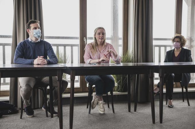 Provinciaal voorzitter Simon Bekaert, Kamerfractieleider Melissa Depraetere en Marleen De Soete, schepen in De Haan, bij de voorstelling van Vooruit.© Olaf Verhaeghe