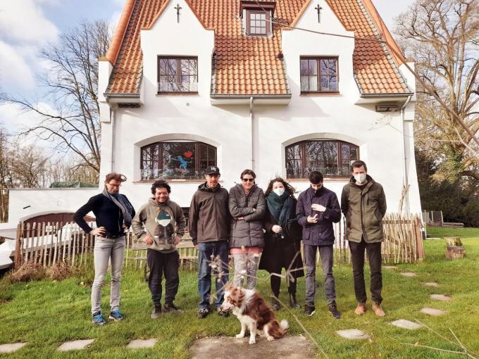 We zien conciërge Annelies Lauwers (links op foto) en begeleider Jelle Waes (rechts op foto) met de bewoners Frederik Thys, Jan-Maarten Vertriest, David Acharya en Daisy De Wachter.© LS