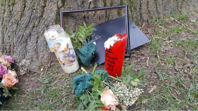 De foto's, de kaarsen, de bloemen: alles werd kapotgegooid en vernield.© gf