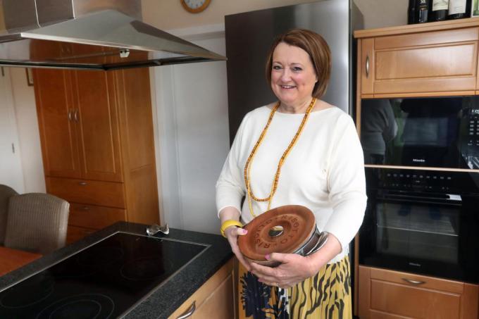 """Ann Stael met een risottopan in haar keuken: """"Ik kook graag. Gerechten uit mijn favoriete land Italië staan geregeld op het menu.""""©Johan Sabbe"""
