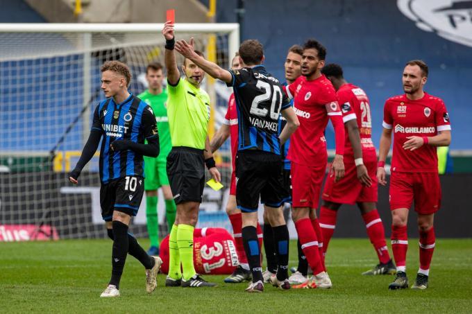 Noa Lang (Club Brugge) krijgt een rode kaart van scheidsrechter Nicolas Laforge.©KURT DESPLENTER BELGA