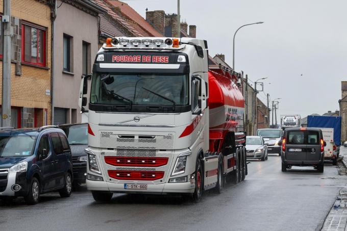 doortocht Pervijze MG Foto centrum Centrum Pervijze / doorrijdende vrachtwagen en geparkeerde auto's©marnix goemaere diksmuide