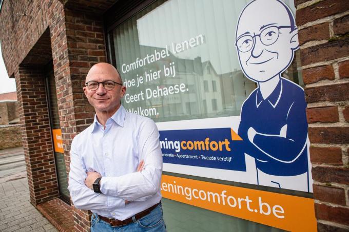 Geert Dehaese coacht de klant bij een kredietopname. (foto Davy Coghe)© Davy Coghe