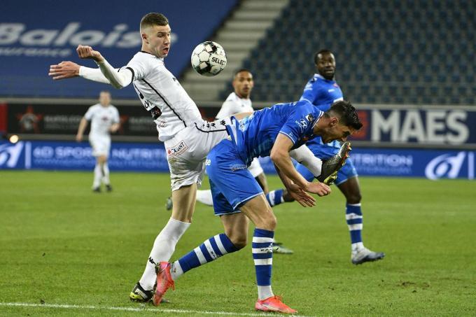 Pavlovic (Cercle Brugge) en Yaremchuk (KAA Gent) tijdens de match tussen KAA Gent en Cercle Brugge.©Johan Eyckens BELGA
