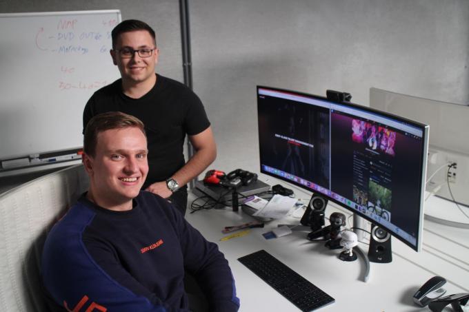 Liam Seys (achter) en Maxime Hinnekens (voor) ondersteunen artiesten en bekendheden om hun sociale media zo goed mogelijk te verzorgen.© HH