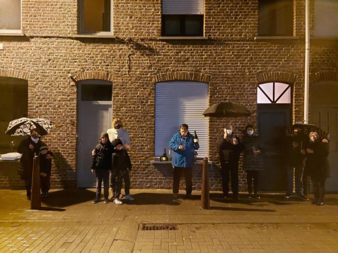 In de Rekhofstraat komen buurtbewoners nog elke avond buiten om de applaudisseren voor de zorg.© LB