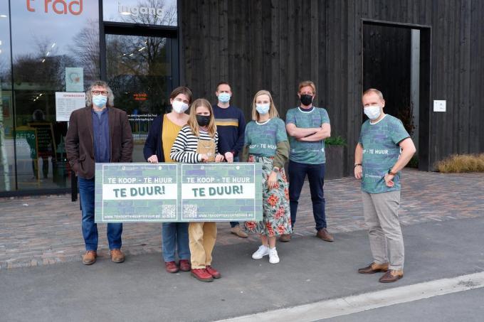 Van links naar rechts zien we André Mingneau (regiovoorzitter), Nele De Wachter, Amy, Frederick De Paepe , Jasminka Poppe, Francis Devlamynck en Lieven Van Belle (secretaris beweging.net West-Vlaanderen). (GF)